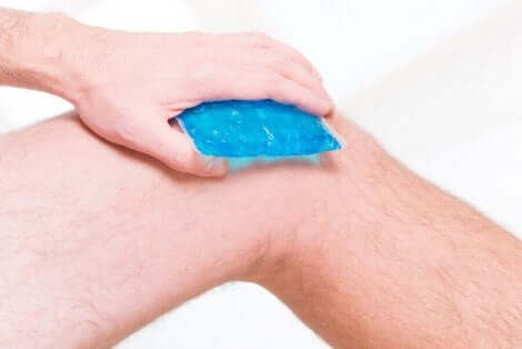 Άνδρας τοποθετεί πάγο στο γόνατο