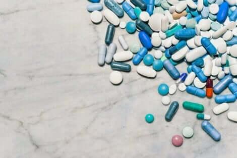 Διάφορα χάπια και δισκία πάνω σε τραπέζι
