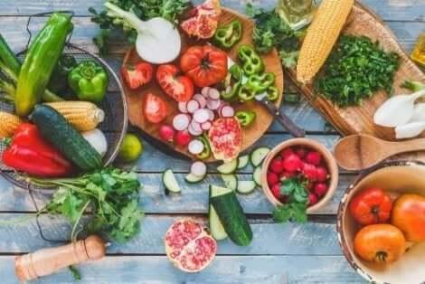 Διάφορα φρούτα και λαχανικά πάνω σε τραπέζι