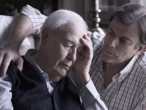 Ένας άνδρας παρηγορεί ηλικιωμένο