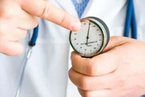 Γιατρός δείχνει το πιεσόμετρο