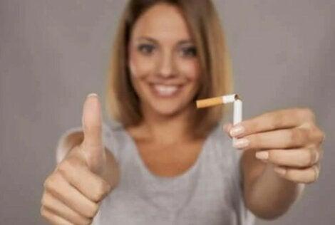 γυναίκα και κομμένο τσιγάρο