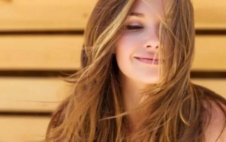 γυναίκα με όμορφα μαλλιά