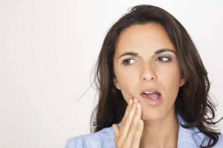 γυναίκα που πονάει στο δόντι