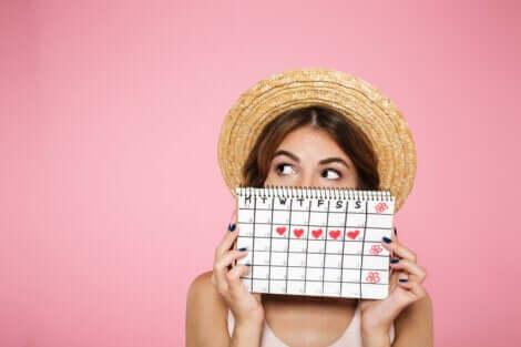 Γυναίκα κρατά ημερολόγιο