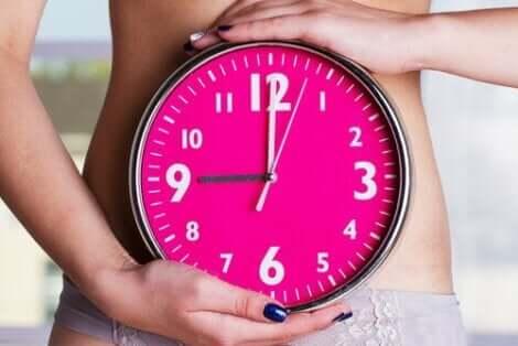 Γυναίκα κρατά μεγάλο ρολόι
