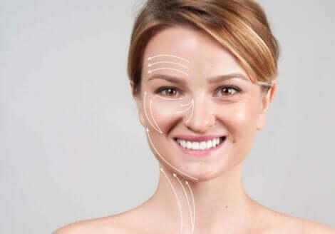 Γυναίκα με σημάδια γήρανσης στο πρόσωπο
