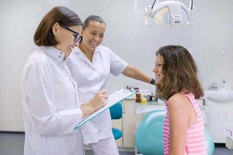 Γυναίκα μιλά με δύο γυναίκες γιατρούς