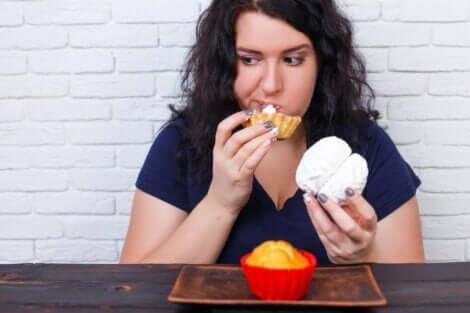 Γυναίκα τρώει γλυκά