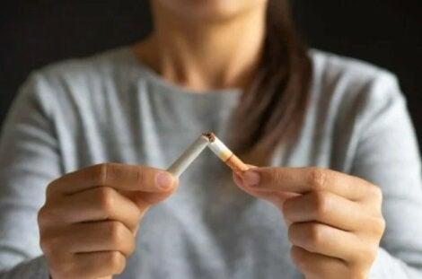 γυναίκα κόβει τσιγάρο με Τσίχλες νικοτίνης