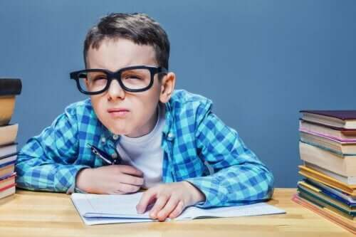 Αγόρι με γυαλιά μισοκλείνει τα μάτια