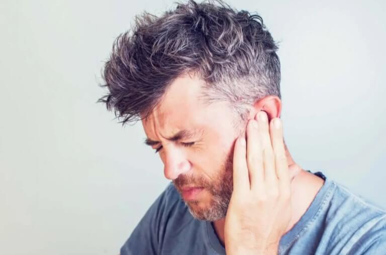 άνδρας με πόνο στο αφτί