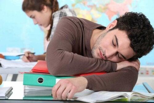 Άνδρας κοιμάται πάνω σε γραφείο