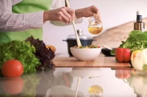 Άτομο ετοιμάζει σαλάτα