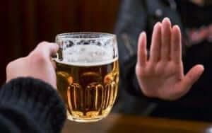 Άτομο λέει όχι στο αλκοόλ