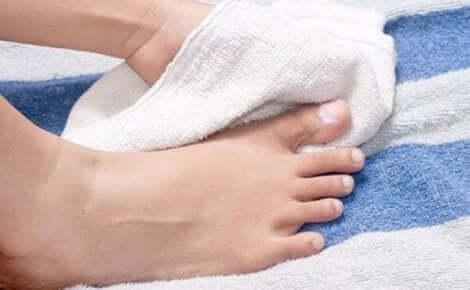 Άτομο στεγνώνει τα πόδια του