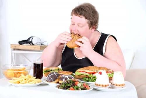 Άτομο τρώει ανθυγιεινά φαγητά
