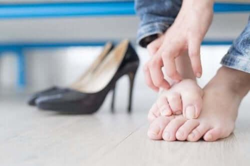Άτομο ξύνει τα πόδια του