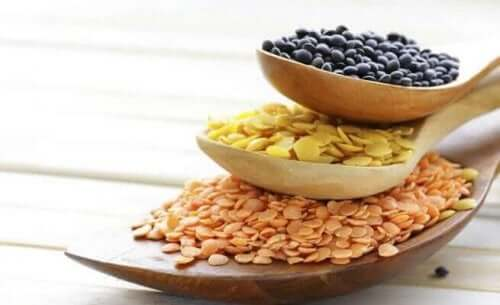 Διάφορα δημητριακά σε κουτάλια