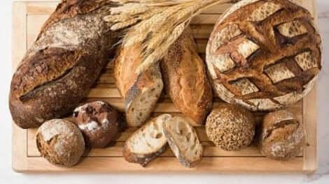 Διάφορα είδη ψωμιού πάνω σε ξύλο κοπής