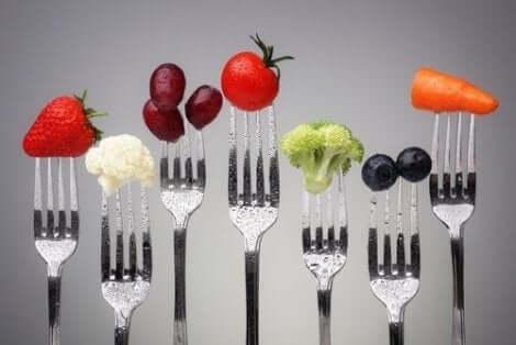 Διάφορα φρούτα και λαχανικά πάνω σε πιρούνια