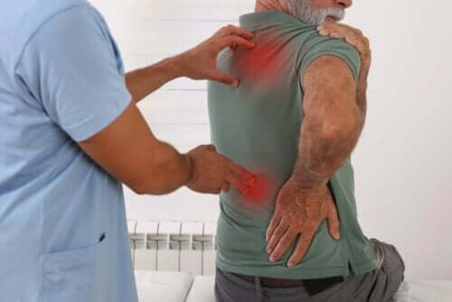 Γιατρός εξετάζει άνδρα με πόνο στην πλάτη