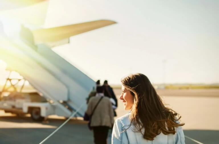 γυναικα σε αεροδρόμιο