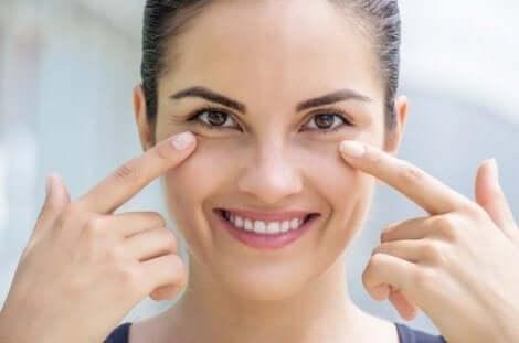 Γυναίκα δείχνει το δέρμα κάτω από τα μάτια της