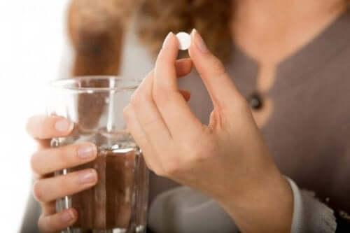 Γυναίκα ετοιμάζεται να πάρει χάπι