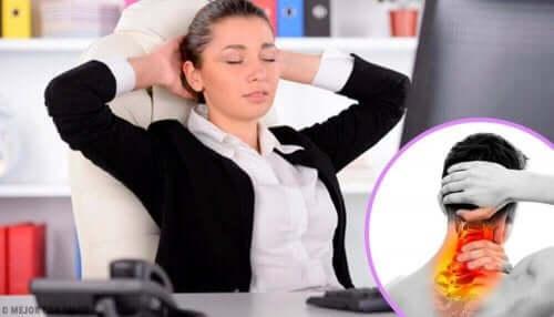 Γυναίκα κάθεται σε καρέκλα γραφείου