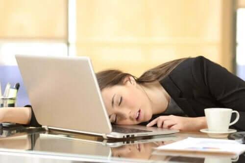 Γυναίκα κοιμάται πάνω στον υπολογιστή της