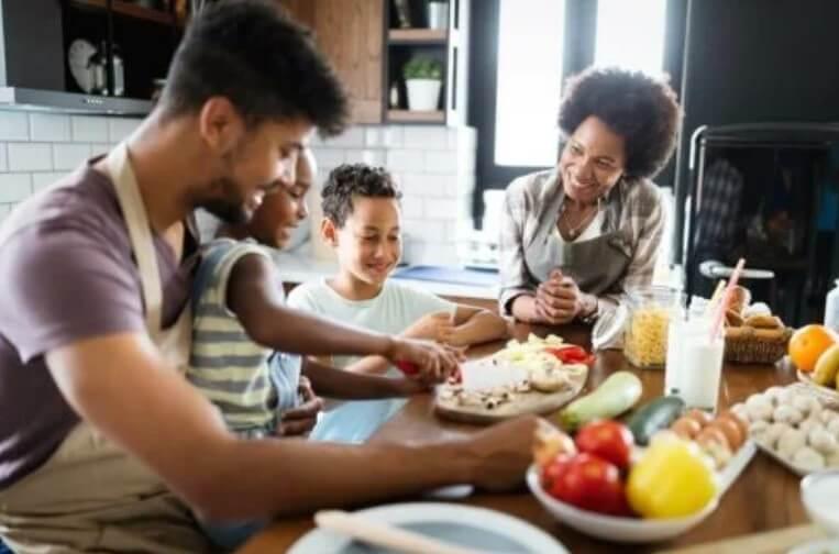 οικογενεια στο τραπέζι