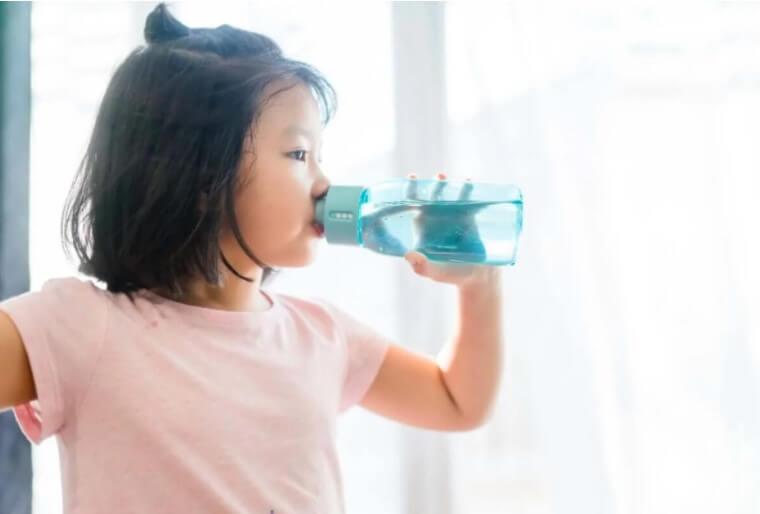 κορίτσι πίνει νερό
