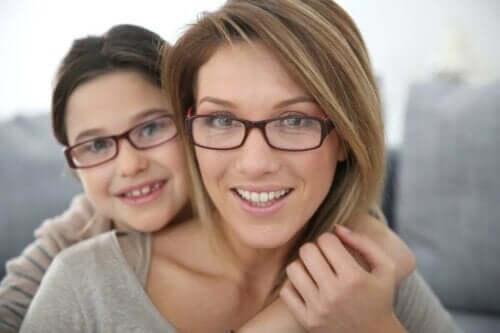 Μητέρα και κόρη φορούν γυαλιά