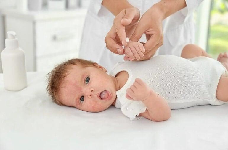 μωρό που ξαπλώνει