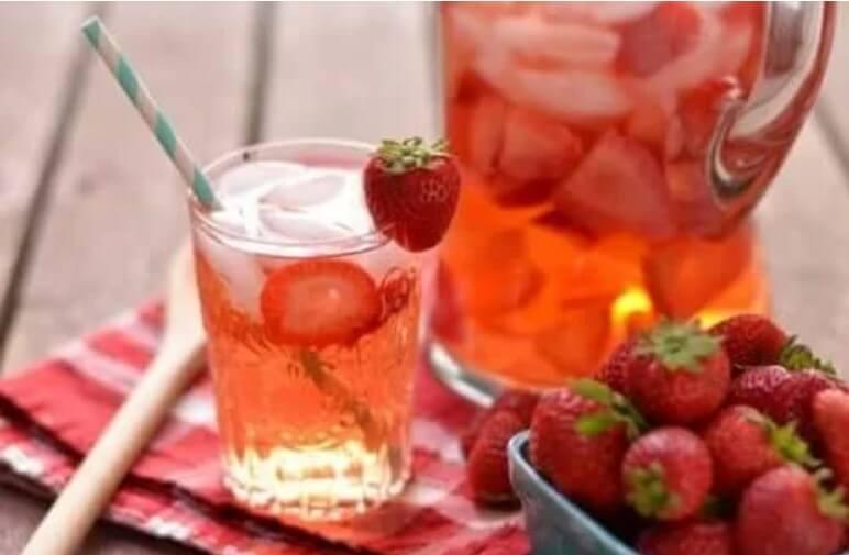 νερό με φράουλες