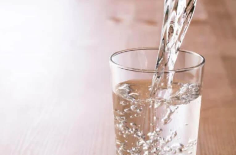 νερο σε ποτήρι