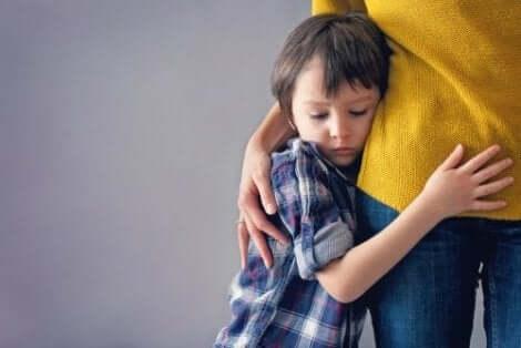 Παιδί αγκαλιάζει τη μαμά του