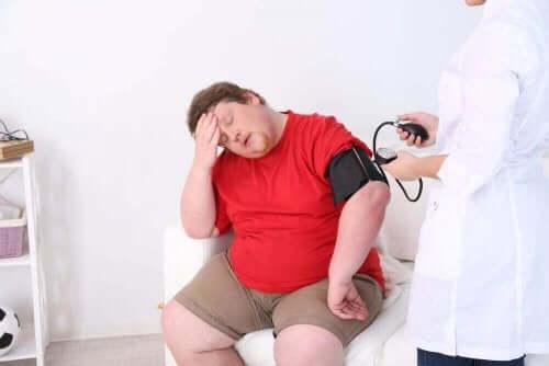 Παχύσαρκος άνδρας εξετάζεται από γιατρό