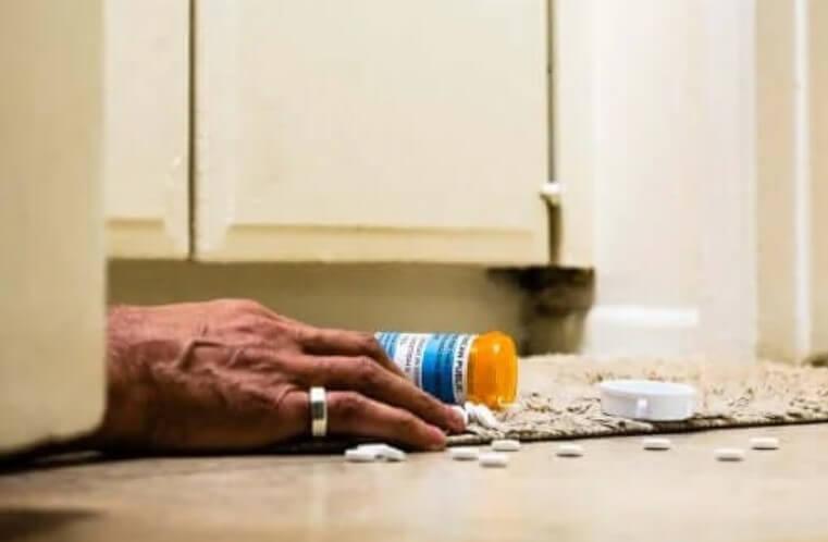 χάπια στο πάτωμα