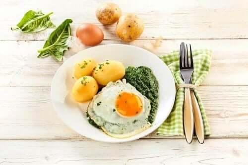 Αβγά, πατάτες, και λαχανικά σε πιάτο