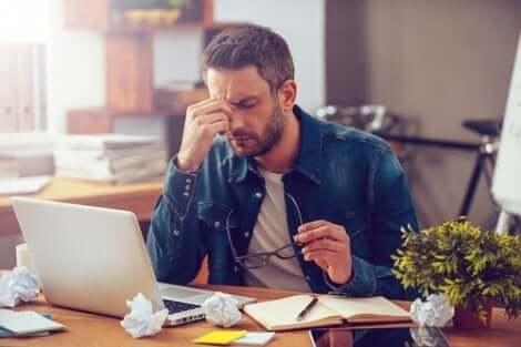 Άνδρας κουρασμένος μπροστά σε υπολογιστή