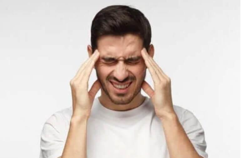 άνδρας με πονοκέφαλο