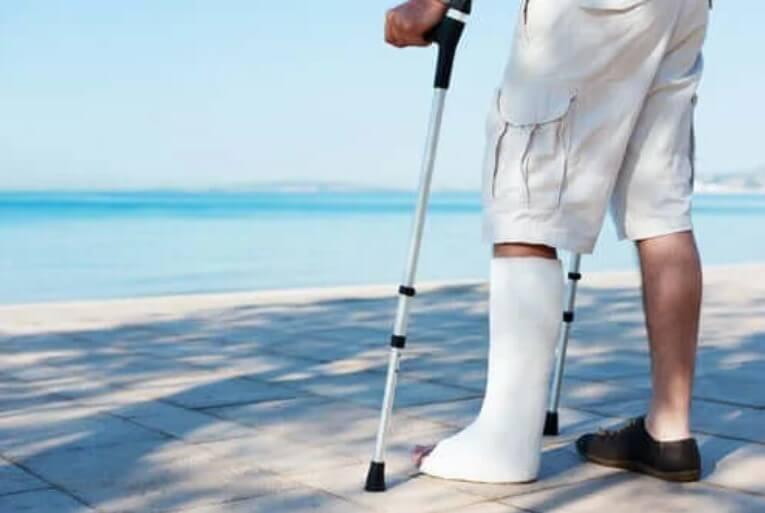 άνδρας με σπασμένο πόδι