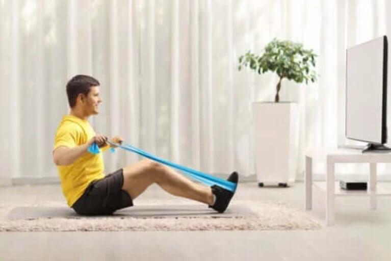 Ασκήσεις αντίστασης με ζώνη για την ενδυνάμωση της πλάτης