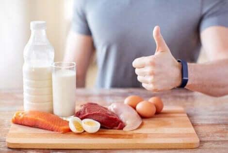 Διάφορα τρόφιμα με πρωτεΐνες πάνω σε τραπέζι