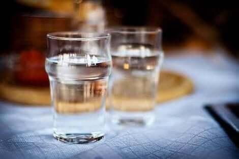 Δύο ποτήρια με νερό