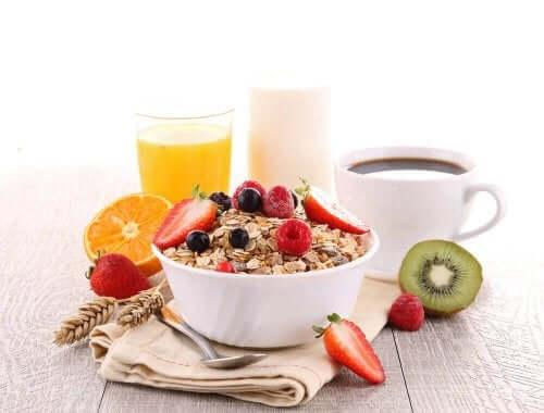 Φρούτα, καφές, χυμός, και βρώμη