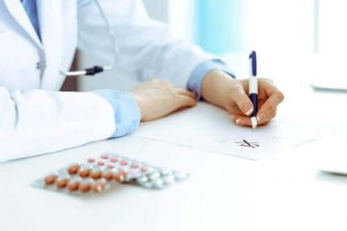 Γιατρός γράφει φάρμακα