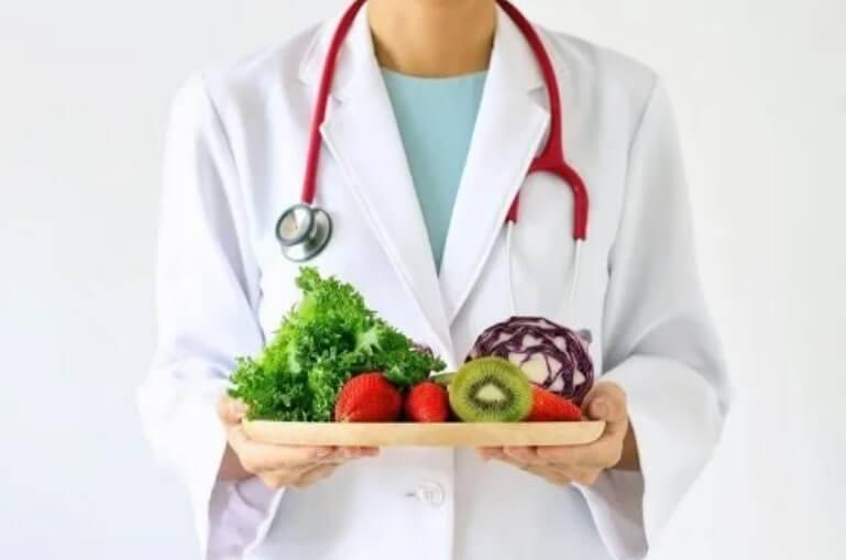 γιατρός με δισκο με φρούτα